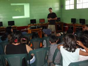 Mostrando un video a los niños